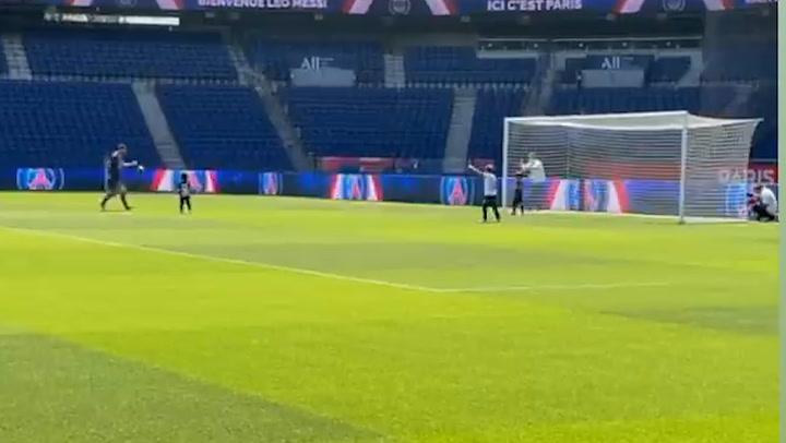 Messi comparte protagonismo con sus hijos en su presentación en París