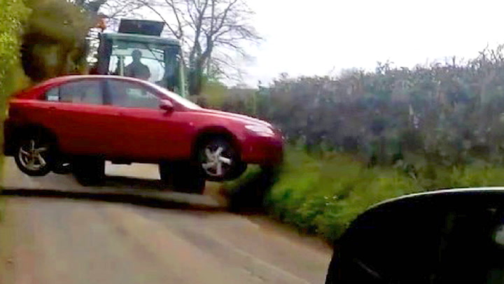 Bonden fikk nok av den feilparkerte bilen