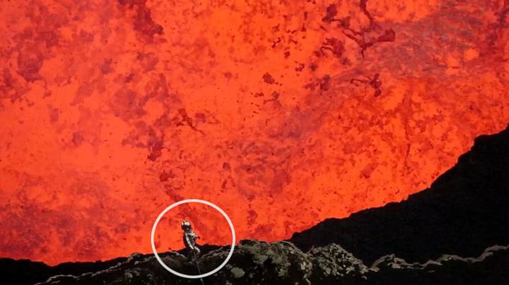 Mann går rett inn i krateret til aktiv vulkan