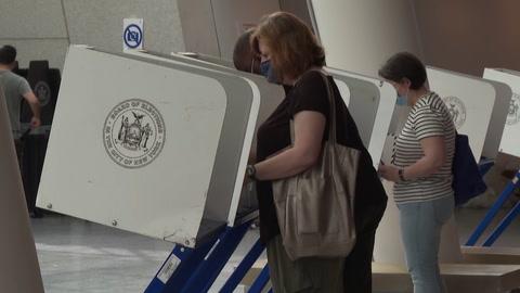 Los neoyorquinos votan en primarias para elegir a su alcalde pospandemia