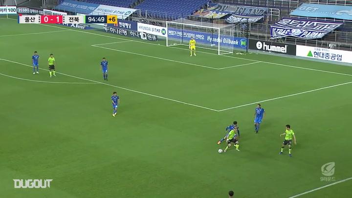 Takahiro Kunimoto dribbles through the Ulsan defence to score