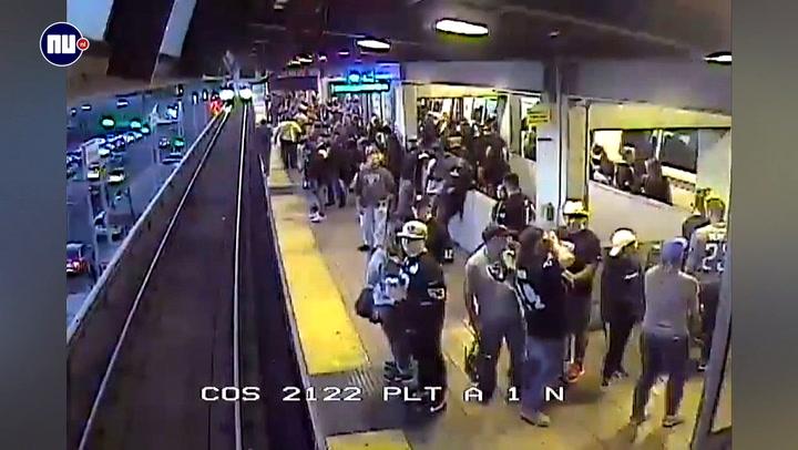 Man wordt op het nippertje gered van treinrails