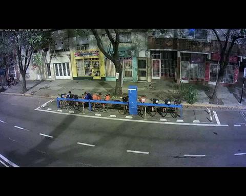 Un video muestra cómo por las noches se roban las bicicletas públicas