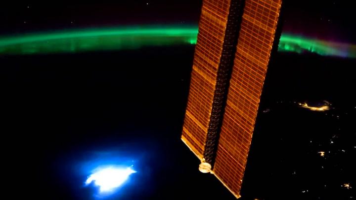 Unike bilder: Thomas filmet både aurora og lyn fra verdensrommet