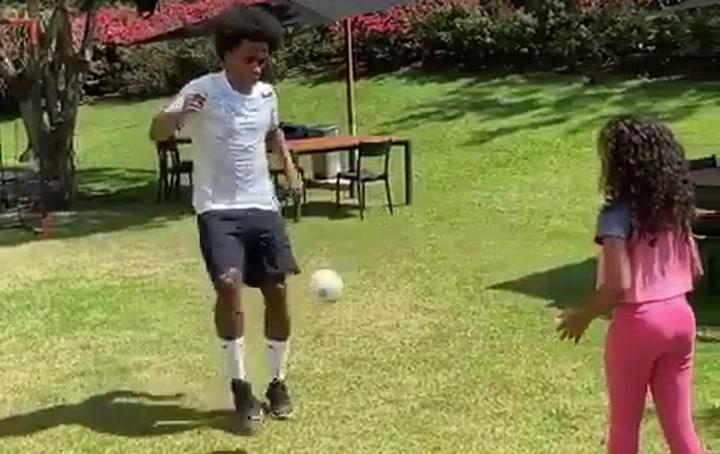 Willian Borges entrena con sus hijas durante la cuarentena