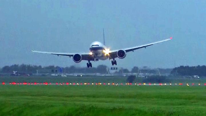 Flyreddes mareritt: Pilotene nekter å gi seg i kampen mot vinden