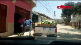 Reinaldo Salinas y su hijo regalan sandías en tiempo de cuarentena