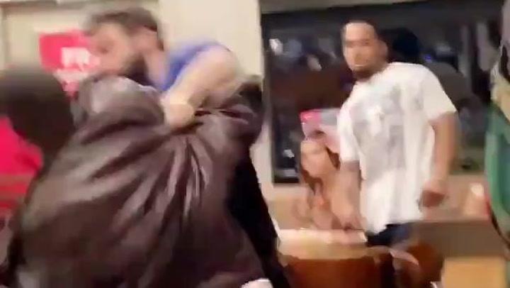 La brutal pelea en un restaurante que se ha vuelto viral
