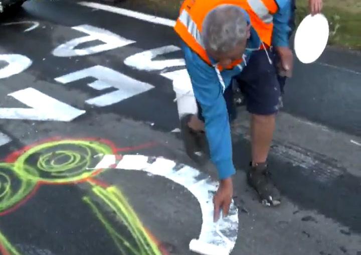 Los penes pintados en las carreteras del Tour se reconvierten en búhos