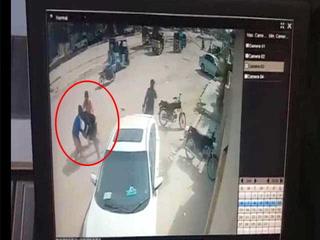 کراچی میں بہادر نوجوان نے جان پر کھیل کر دو ڈکیتوں کو پکڑلیا