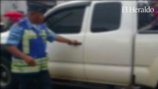 Hombre levanta de la escena del crimen el cadáver de su hermano y lo lanza a la paila de un carro