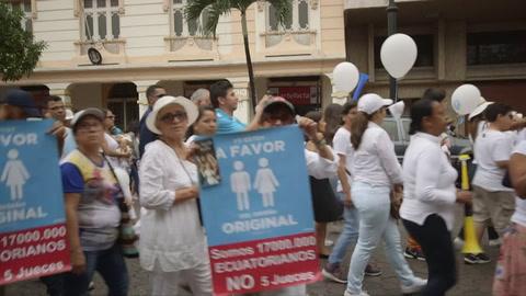 Miles de católicos rechazan matrimonio igualitario en Ecuador