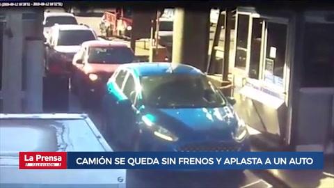 Camión se queda sin frenos y aplasta a un auto que esperaba en el peaje
