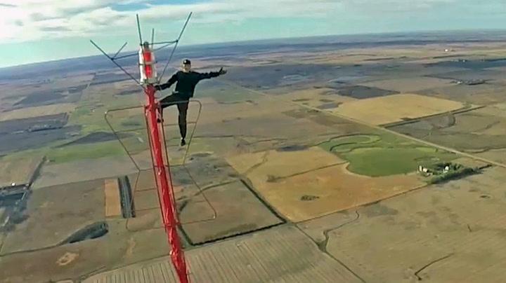 Klatret til toppen av verdens høyeste TV-tårn uten sikring