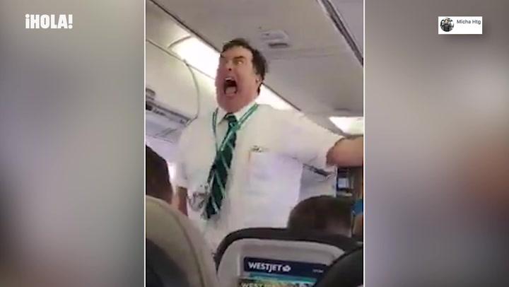 El vídeo de un azafato dando las instrucciones de vuelo más divertidas que (probablemente) has visto nunca