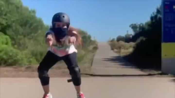 Shakira muestra sus espectaculares habilidades sobre un 'skate'