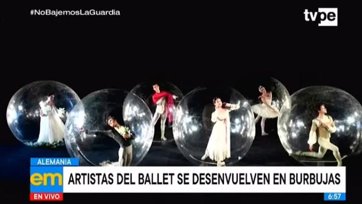 Bailarines alemanes de ballet posan en burbujas de PVC para representar la distancia social
