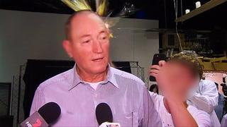 Senator fikk egg i hodet - gikk til angrep