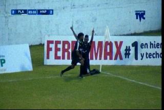 GOOOOOL DEL HONDURAS. Yerson Gutiérrez marca de penal el empate 2-2 ante Platense