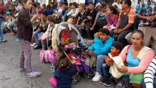 Migrantes hondureños amanecen en Esquipulas, Guatemala
