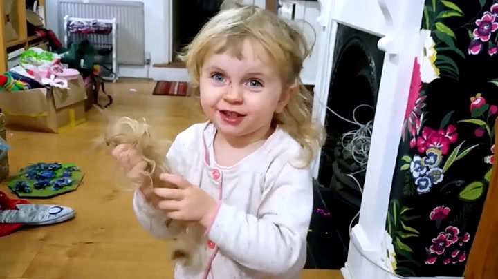 – Se, pappa, jeg har klipt meg!