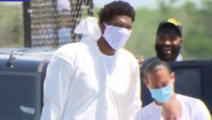 Embiid viajó a Orlando protegido de pies a cabeza con un guantes, máscara y EPI