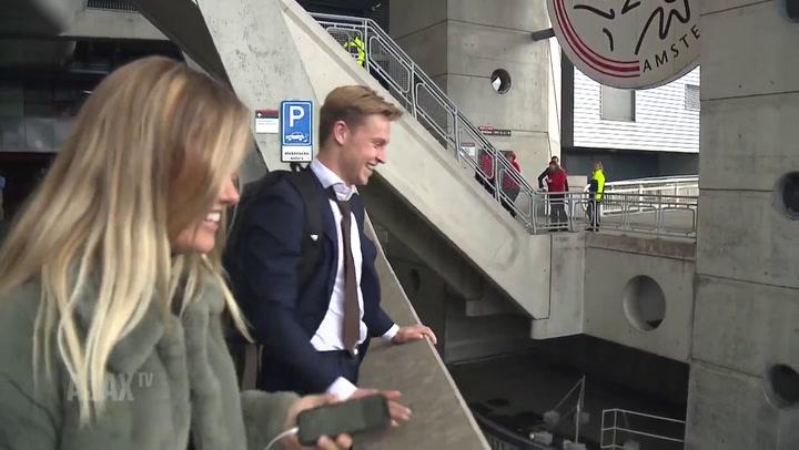 Los aficionados del Ajax despiden a De Jong en el Johan Cruyff Stadium
