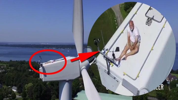 Munk tatt på fersken på vindmølle