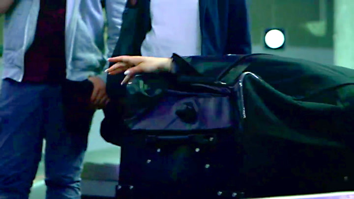På bagasjebåndet klatrer plutselig noen ut av kofferten