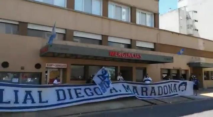 Apoyo a Maradona en los exteriores del Sanatorio Ipensa de La Plata