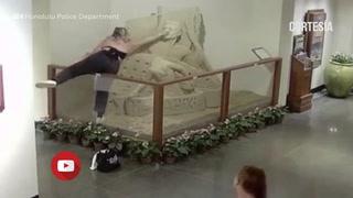 Una mujer destruye una escultura de arena en un hotel de Hawái