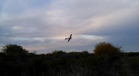 Video: una avioneta fumigadora causó pánico en La Picada