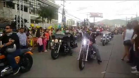 Autos clásicos adornan el desfile en carnaval de Tegucigalpa