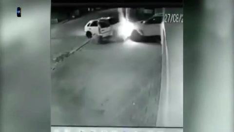 Un video muestra cómo evitó una entradera chocando el auto de los asaltantes