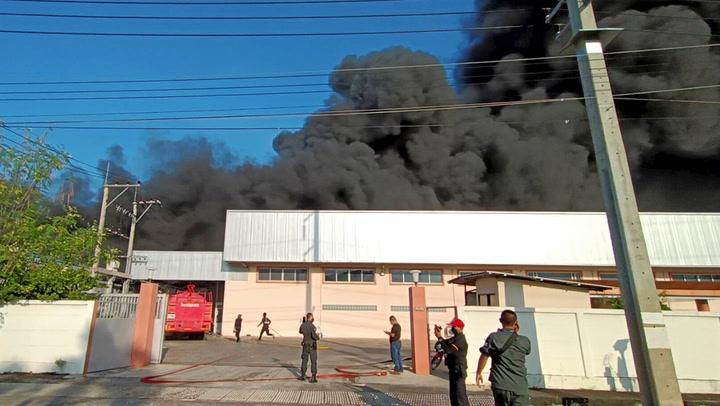 หนีตายวุ่น! ไฟไหม้โรงงานโฟม นิคมอุตสาหกรรมนวนคร จ.ปทุมธานี