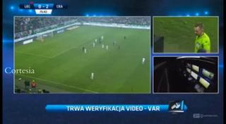 ¡Increíble! El VAR se vuelve loco en Polonia y hace volver a un jugador del vestuario
