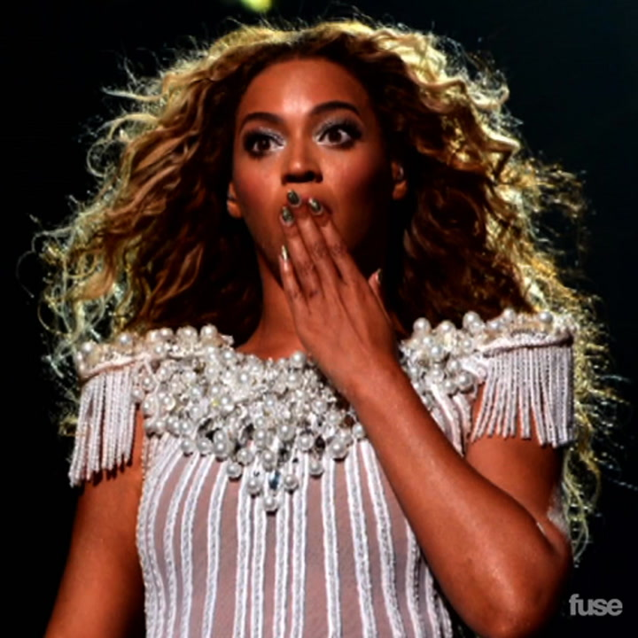 Beyonce's Hair Gets Caught In Fan At Montreal Concert