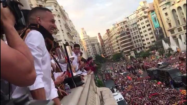 El Valencia lleva la fiesta de la Copa al balcón del Ayuntamiento