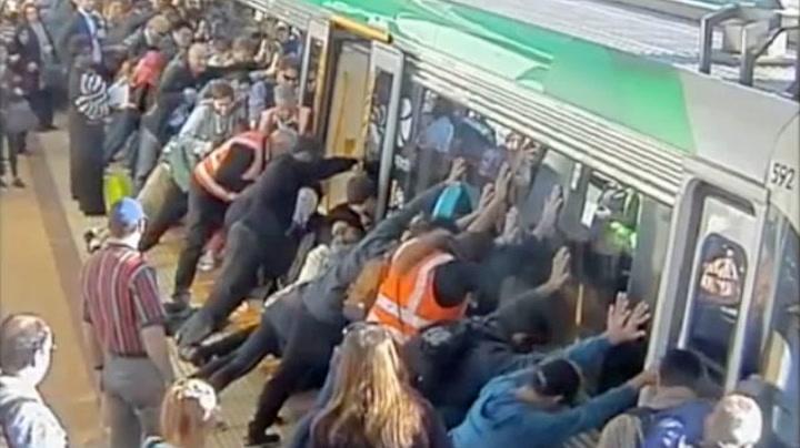 Alle passasjerene løfter opp toget