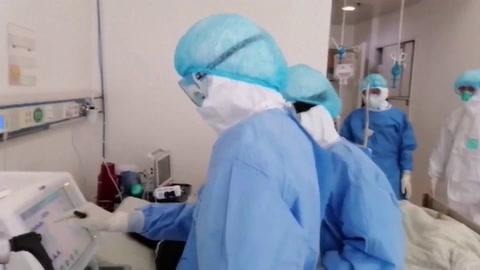 China eleva a 2.592 los muertos por COVID-19 entre los 77.150 infectados