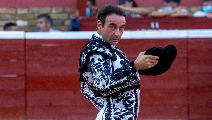 Enrique Ponce ha sufrido una cornada en Puerto de Santa Maria con el primero toro de la corrida