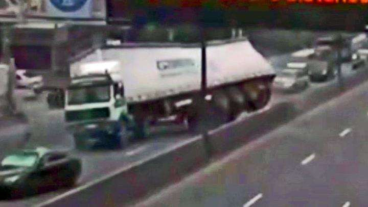 Plutselig begynner lastebilen å rygge på motorveien