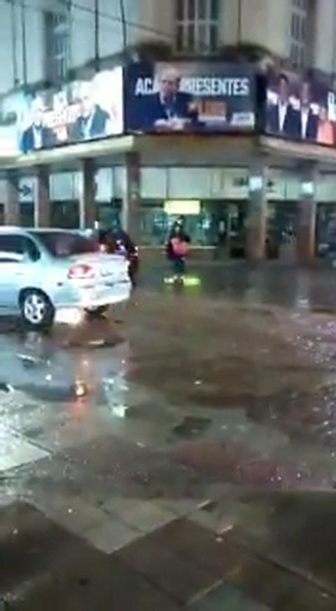 Una fila de autos circuló por la peatonal San Martín durante el temporal del sábado a la noche