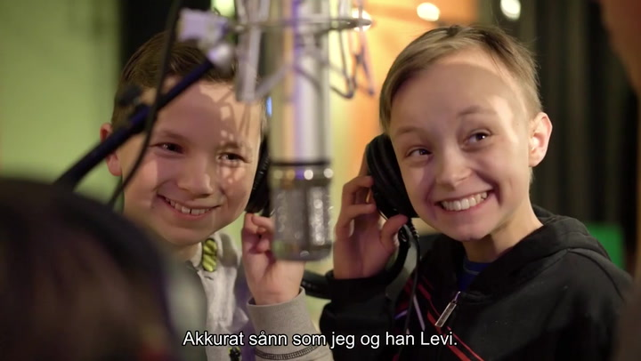 Adam, Levi, gutter, kvener, smil, mikrofon, tv-studio