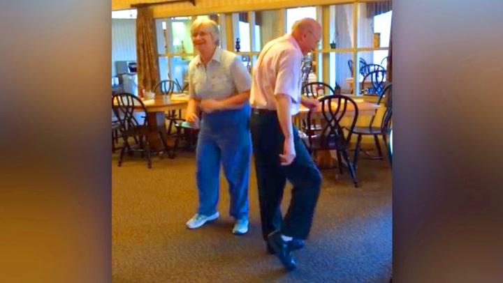 Eldre ektepar drar ens ærend på restaurant for å danse