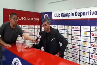 ¡Nunca antes visto! Diego Vázquez se niega a tomar micrófono de Olimpia en conferencia de prensa