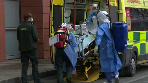 Reino Unido supera 100.000 muertos por covid-19, Johnson asume