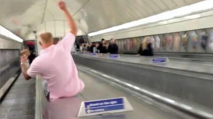 Full turist skled ned rulletrapp - selvfølgelig går det galt