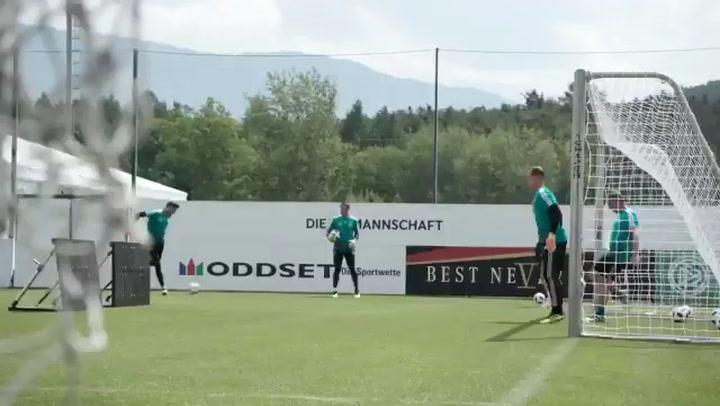 Los porteros de La selección alemana, Neuer y Ter Stegen, durante un entrenamiento del Mundial 2018