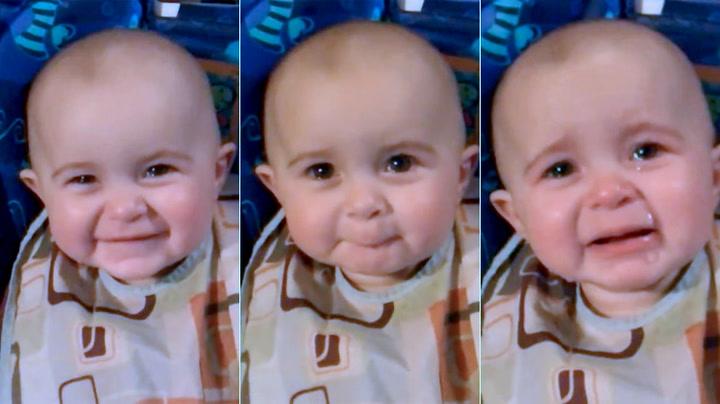 Se babyen som røres til tårer av mammas sang